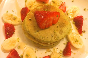 Pistachio Pancake with Strawberries & Bananas