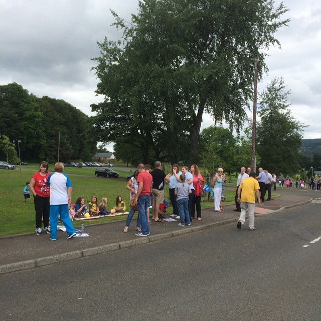 Lots of crowds waiting for #BatonRelay #Renfrewshire @Erskine1916